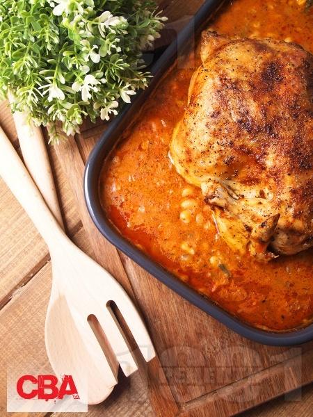 Печено пиле с яхния от боб от консерва, лук, домати в тава на фурна - снимка на рецептата